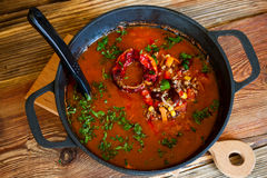Tomatensuppe mit Bohnen, Mais, Gemüse und Hackfleisch Lizenzfreies Stockbild