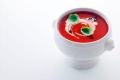 Tomatensuppe mit einem Strudel der Creme Stockfoto