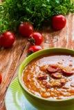 Tomatensuppe mit geräucherter Wurst, Tomaten und Linse stockbilder