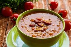 Tomatensuppe mit geräucherter Wurst, Tomaten und Linse stockfoto