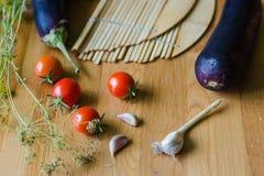 Tomater, aubergine och vitlökbakgrund Fotografering för Bildbyråer