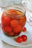 Tomater av Cherri i kruset Royaltyfria Bilder
