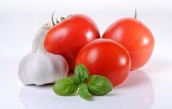 Tomater, basilika och vitlök Arkivbild