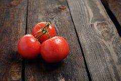 Tomater en grupp av r?da mogna tomater p? en tr?bakgrund royaltyfri foto