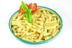 tomater för pasta för basilikabunkefusilli Arkivfoto