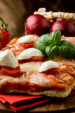 tomater för pizza för buffelCherrymozzarella Royaltyfri Foto