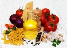 Tomater, fusilli, vitlök och olivolja Arkivbild