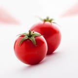Tomater grupperar på vit bakgrund Royaltyfri Fotografi