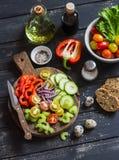 Tomater, gurka, selleri, spansk peppar, röd lök, vaktelägg, olivolja, balsamic vinäger, trädgårds- örter och kryddor - ingrediens fotografering för bildbyråer