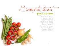 Tomater, haricot vert, lök, paprika, vitlök och olivolja Arkivfoto