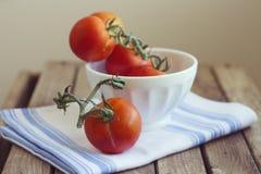 Tomater i den vita bunken royaltyfria foton