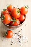 Tomater i en keramisk platta Fotografering för Bildbyråer
