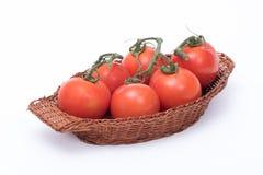 Tomater i en korg Fotografering för Bildbyråer