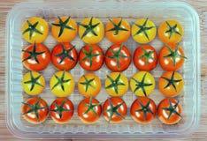 Tomater i en plast- behållare Royaltyfri Fotografi