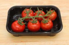 Tomater i ett plast- magasin Royaltyfria Foton