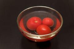 Tomater i vattnet Royaltyfria Bilder