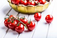 Tomater Körsbärsröda tomater Coctailtomater Ny druvatomatkaraff med olivolja fotografering för bildbyråer