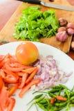 Tomater lök, koriander som skivas för att laga mat Royaltyfri Bild