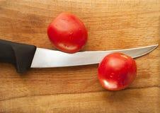 Tomater med kniven Royaltyfria Foton