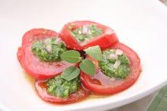Tomater med pesto Arkivfoton