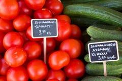 Tomater och ättiksgurka på den Helsingfors marknaden Arkivbilder