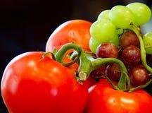 Tomater och druvor arkivbilder