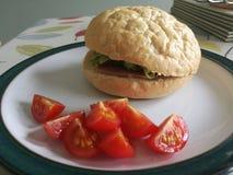 Tomater och en Ham Salad Crusty Cob Royaltyfria Bilder