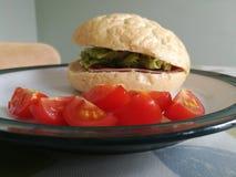 Tomater och en skinkasalladrulle Royaltyfri Bild