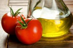 Tomater och extra jungfrulig olivolja arkivbild