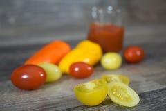 Tomater och peppar på trä Royaltyfri Foto