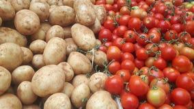 Tomater och potatisar i marknaden royaltyfria bilder