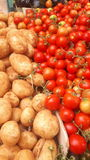Tomater och potatisar i marknaden royaltyfri fotografi