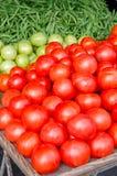 Tomater och radbönor på en Lcoal marknad Royaltyfria Bilder