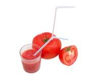 Tomater och tomatfruktsaft med att dricka sugrör Arkivfoton
