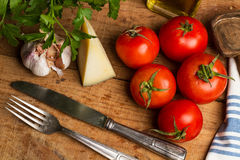 Tomater, ostvitlök och ny persilja Arkivbild