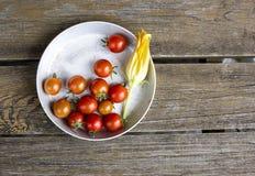 Tomater på en plätera Arkivfoto