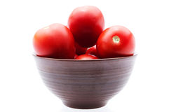 Tomater på en platta, isolerad bakgrund Royaltyfria Foton