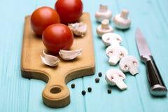 Tomater på en skärbräda fotografering för bildbyråer