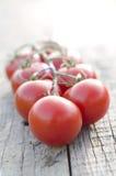 Tomater på en trätabell royaltyfri foto