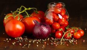 Tomater på en trätabell Royaltyfria Bilder