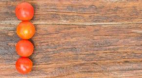 Tomater på en wood bakgrund Royaltyfria Bilder