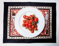 Tomater på plattan Royaltyfri Foto