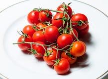 Tomater på plattan Royaltyfria Bilder