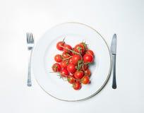 Tomater på plattan Arkivbilder