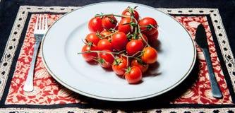 Tomater på plattan Royaltyfri Bild
