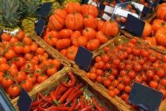 Tomater på skärm Royaltyfri Foto