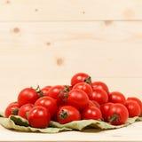 tomater på träbakgrund för grönt tyg Arkivfoton
