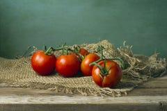 Tomater på trätabellen arkivfoto
