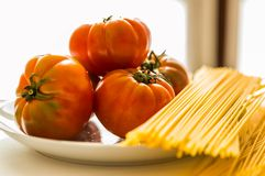 Tomater pasta, platta, sås, spagetti arkivfoto