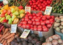 Tomater peppar, gurkor, beta, potatisar på grönsakmässan Arkivfoto